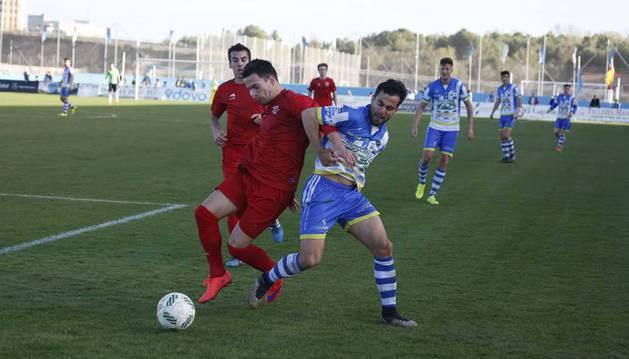 Eneko, quien entró en el minuto 25 por Josetxo, protege el balón ante la presión de un rival del Arandina ayer en El Montecillo.