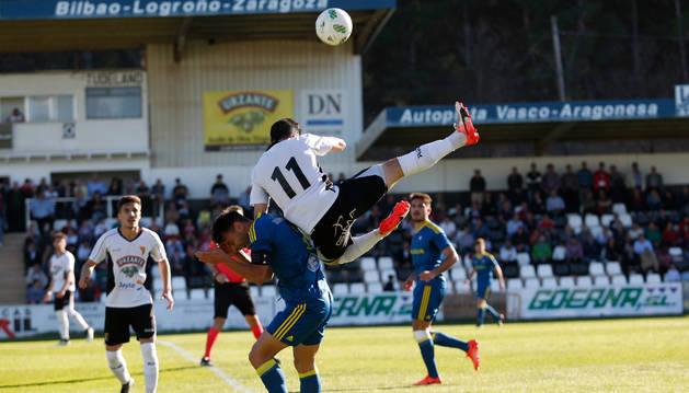 El jugador del Tudelano Javi Cabezas cae en un salto a por el balón contra su rival del Celta B.