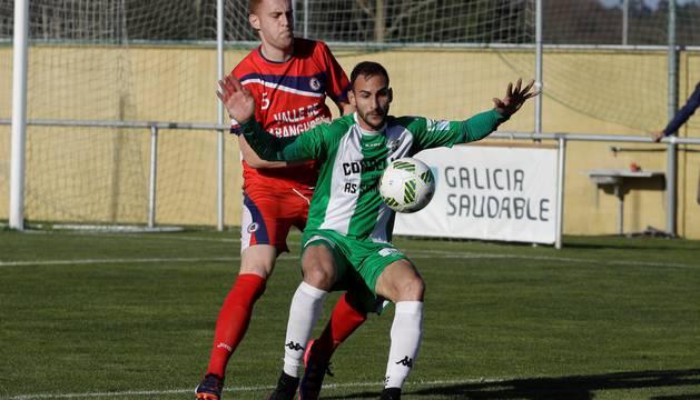 El defensor de la Mutilvera Julen Monreal pelea por un balón con su rival del Somozas.