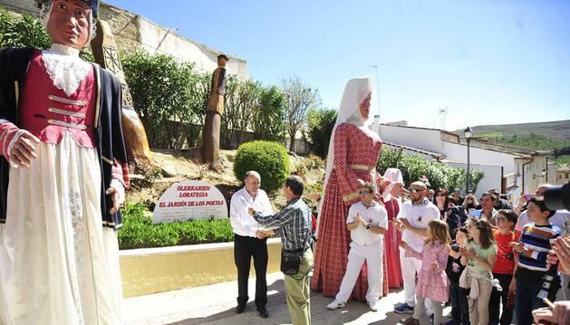 El escultor del jardín, Pedro Pérez Barroso, recibe el reconocimiento del alcalde, Jesús Andión Ripa.
