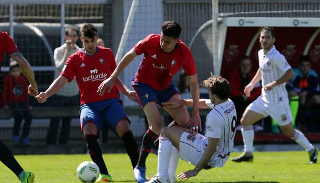 Julen Hualde (izda.) recupera la pelota tras la acción defensiva del mediocentro Luis Perea (dcha.) ante Mateo, del Pontevedra.