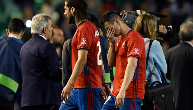 Nikola Vujadinovic y Jaime Romero se retiran a los vestuarios del Benito Villamarín tras la derrota del sábado.