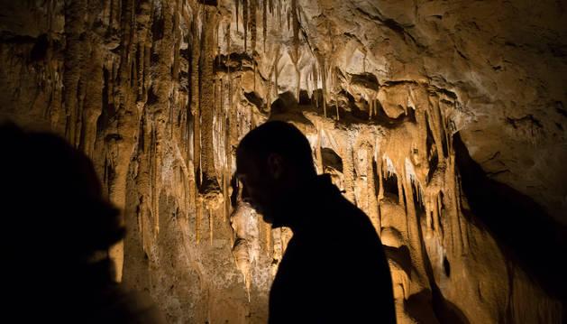El día de las cuevas atrajo hasta las grutas abiertas al público en Navarra en su octava edición a muchos turistas que pudieron disfrutar de actividades y visitas guiadas.