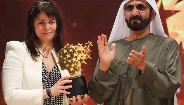 La profesora canadiense Maggie MacDonnell recoge el'Global Teacher Prize'.