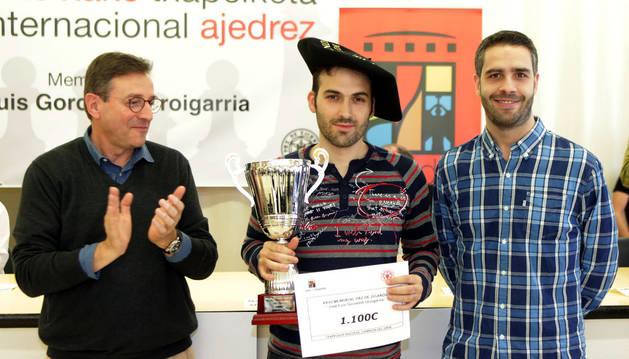 Los vencedores del torneo escolar junto al campeón Roi Reinaldo, el mejor navarro Daniel Roldán, y los patrocinadores.