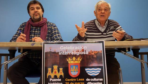 De izquierda a derecha: José Ángel García Serrano, director del Centro Lasa de Tudela; y el jesuita Alberto Pérez Pastor 'Perico', con el cartel anunciador de la celebración interreligiosa del próximo sábado.