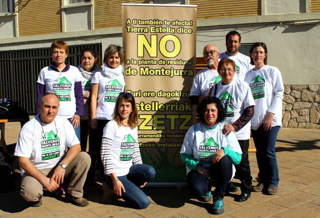 Imagen de miembros de la plataforma vecinal Salvemos Montejurra el sábado en la carrera de montaña de Ayegui.