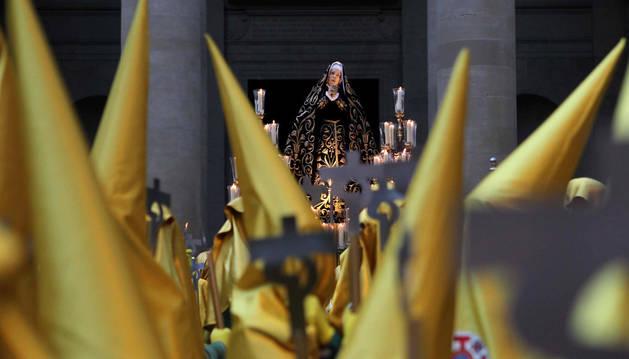 Imagen de la Dolorosa saliendo de la catedral el día de la procesión.