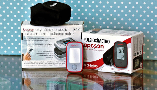 Pulsioxímetros pediátricos, que miden la saturación del oxígeno, en la farmacia de Ana Monente.