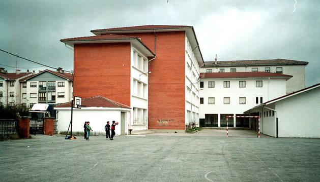 Imagen del patio y edificio del desaparecido centro escolar, hoy centro juvenil y escuela de música.