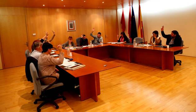 Imagen de la votación de uno de los puntos del pleno celebrado ayer en Ribaforada.
