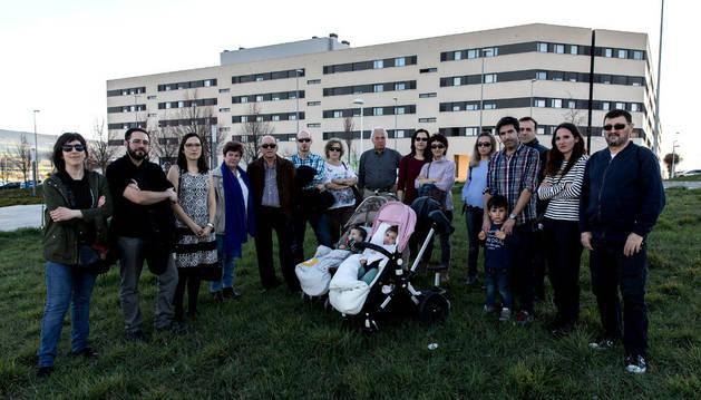 Un grupo de residentes de Ardoi de la asociación de vecinos en la parcela dotacional destinada a la escuela infantil de 0 a 3 años.