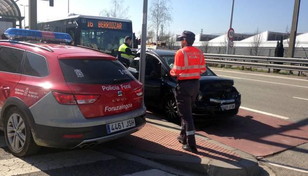 Un agente de la Policía Foral atiendo el lugar del accidente en la carretera Zaragoza.