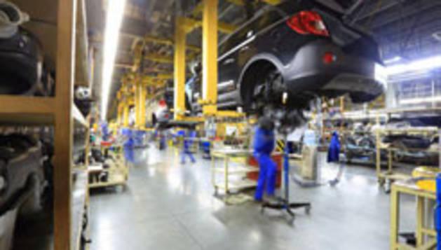 Imagen de varios operarios en una empresa de automoción.