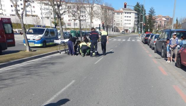 Imagen de agentes y servicios sanitarios atendiendo al niño herido en el accidente.