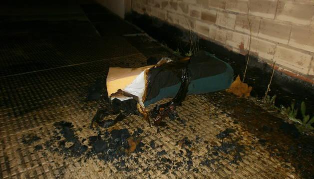 Imagen del estado en el que ha quedado un sofá tras el incendio registrado en la Rochapea.