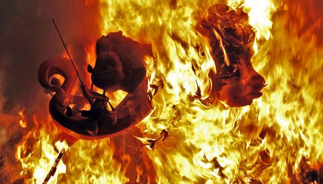 Valencia celebra como cada San José, pero ahora luciendo su nuevo título de Patrimonio Inmaterial de la Humanidad, el ritual del fuego para quemar sus 770 fallas