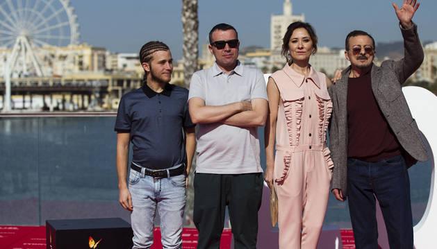 El director Lino Escalera (2i), posa con los actores, Emilio Palacios (i), Nathalie Poza y Juan Diego (d)