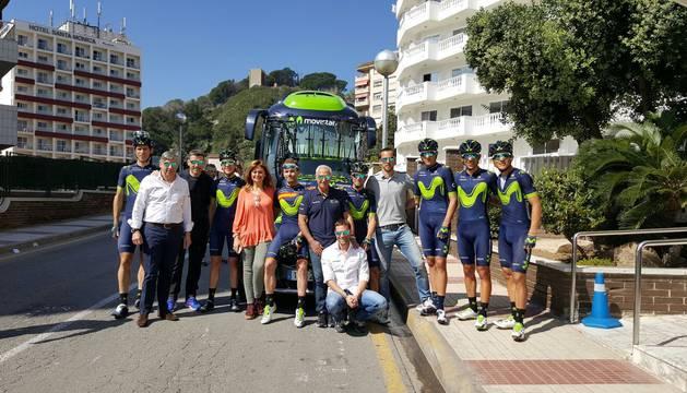 Eusebio y Juan Carlos Unzué, junto a varios componentes del equipo Movistar.