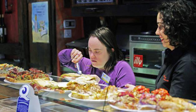 Hazel Loinaz Urdaci sirve un pincho con la ayuda de Isabel Arias Pino, en La Mandarra de la Ramos, en San Nicolás.