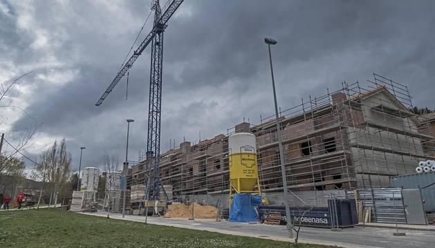 Viviendas actualmente en construcción en uno de los acceso a Estella.