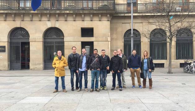 Los representantes sindicales, frente al Palacio de Navarra.
