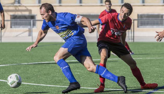 Goren Murillo, capitán del Valle de  Egüés, se marcha de un rival del Idoya en un partido celebrado en octubre.