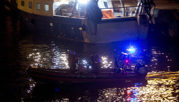 Efectivos de la Cruz Roja llegan al puerto de pescadores de Barcelona después de participar en las labores de rescate de los dos marineros desaparecidos