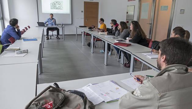 Curso en la nueva aula de la oficina de empleo de Estella.