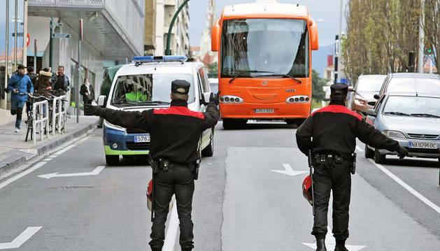 Imagen del autobús de HazteOir por Yanguas y Miranda, precedido de la Policía Municipal, el pasado martes.