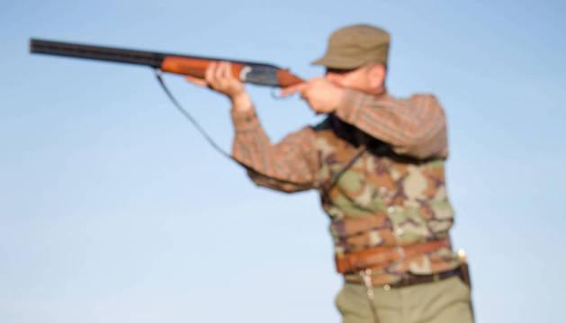 Un cazador apunta a una presa.
