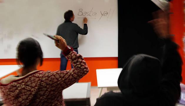 Imagen de simulación de una agresión al profesor en un aula.