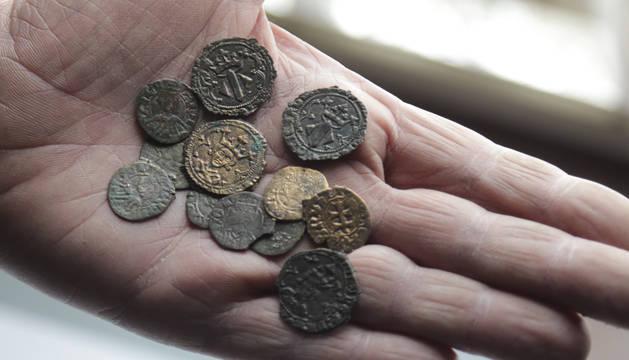 Las monedas encontradas en uno de los muros del Palacio de Calatayud