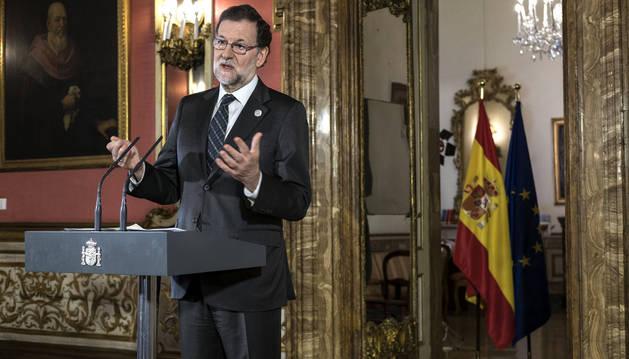 Foto del presidente del Gobierno, Mariano Rajoy, durante la rueda de prensa que ha ofrecido en la Embajada de España en Roma.