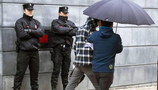 Foto de uno de los jóvenes detenidos por la agresión de Alsasua llega a la Audiencia de Navarra.