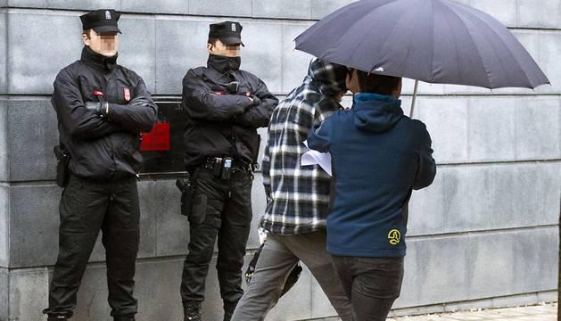 Foto de uno de los dos jóvenes detenidos por la agresión en Alsasua llegando a la Audiencia de Navarra.