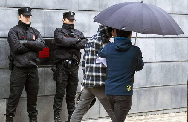 Foto de los dos detenidos por la agresión de Alsasua llegando a declarar al Palacio de Justicia de Navarra