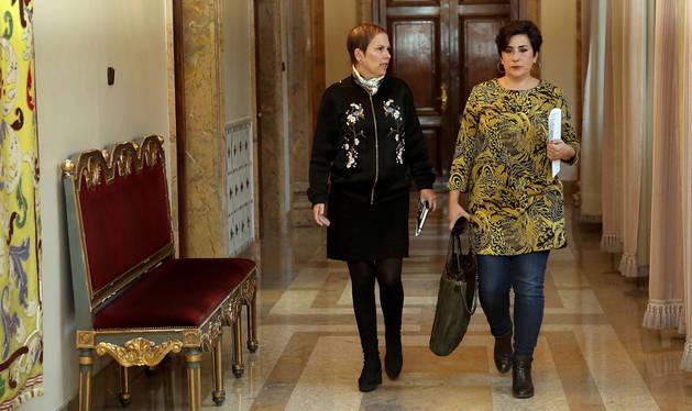 Imagen de Uxue Barkos y María Solana, en el Palacio de Navarra.