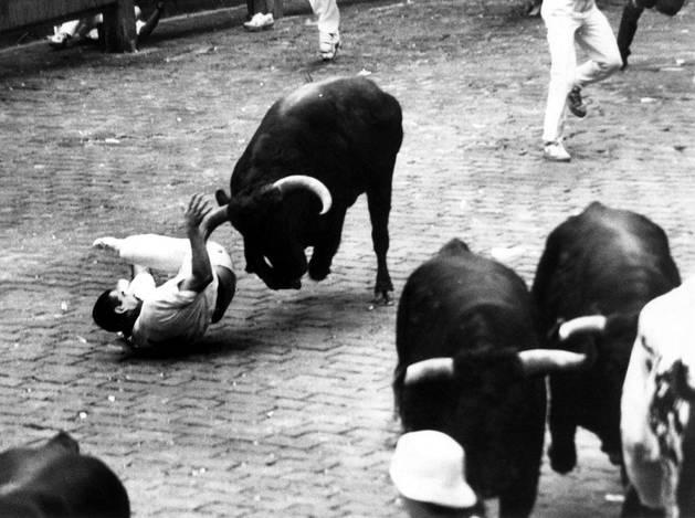 Romero, un toro de Torrestrella, enganchó con un cuerno al pamplonés Iñaki Zaragüeta