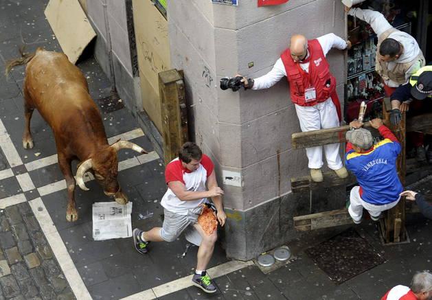 El australiano Jason Gilbert trata de escapar de 'Olivito' con la pierna destrozada.