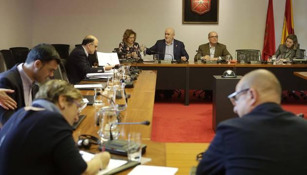 Imagen del parlamentario socialista Carlos Gimeno, en la comisión de Educación