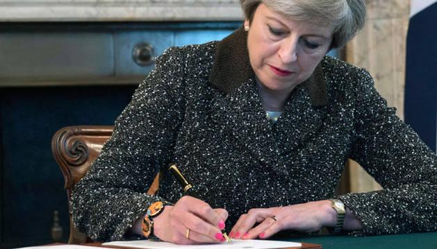 La primera ministra británica, Theresa May, firma la carta con la que el Reino Unido solicitará formalmente la retirada del país de la Unión Europea (UE)