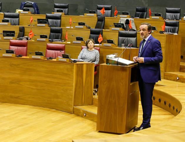 El debate de la derogación de la Ley de Símbolos se ha iniciado con tensión, cuando desde las bancadas de UPN y PPN se han exhibido banderas de Navarra, contestadas por la republicana desde I-E.