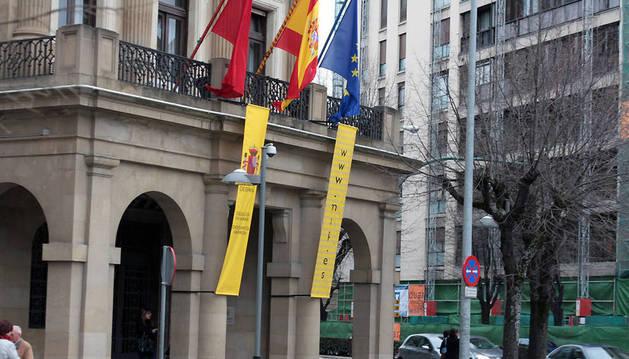 Banderas en el exterior de la Delegación del Gobierno en Navarra.