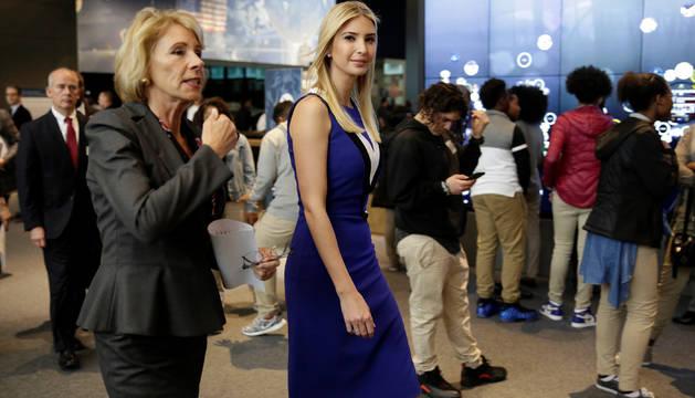 La secretaria de Educación Betsy DeVos acompañando a Ivanka Trump