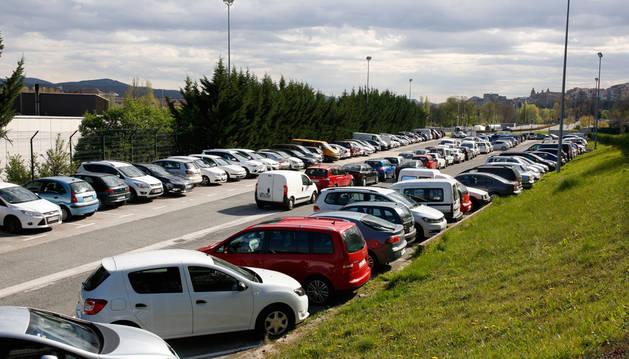 Imagen del parking de Trinitarios lleno de coches un día entre semana en la 'zona frontera' con San Juan.