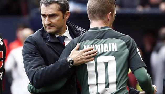 Ernesto Valverde felicita a Iker Muniain.