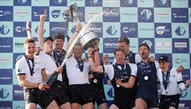 La tripulación de Oxford celebra su victoria.