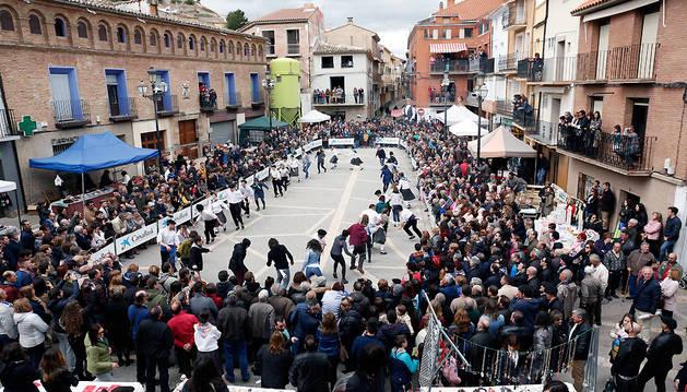 Imagen de la plaza de los Fueros de Ablitas durante la interpretación del conocido como Plego Popular.