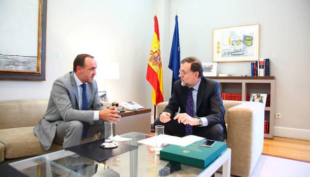 Javier Esparza y Mariano Rajoy, en un encuentro entre ambos políticos en la Moncloa, el pasado mes de julio.